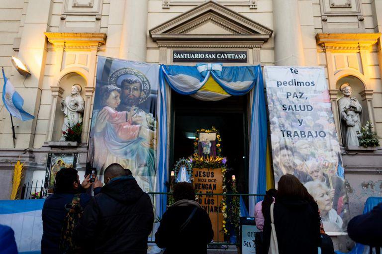 Miles de fieles se concentran desde temprano en Liniers por el Día de San Cayetano
