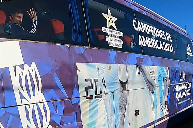 Messi saluda a los fanáticos que recibieron a la selección argentina luego de obtener la Copa América 2021.