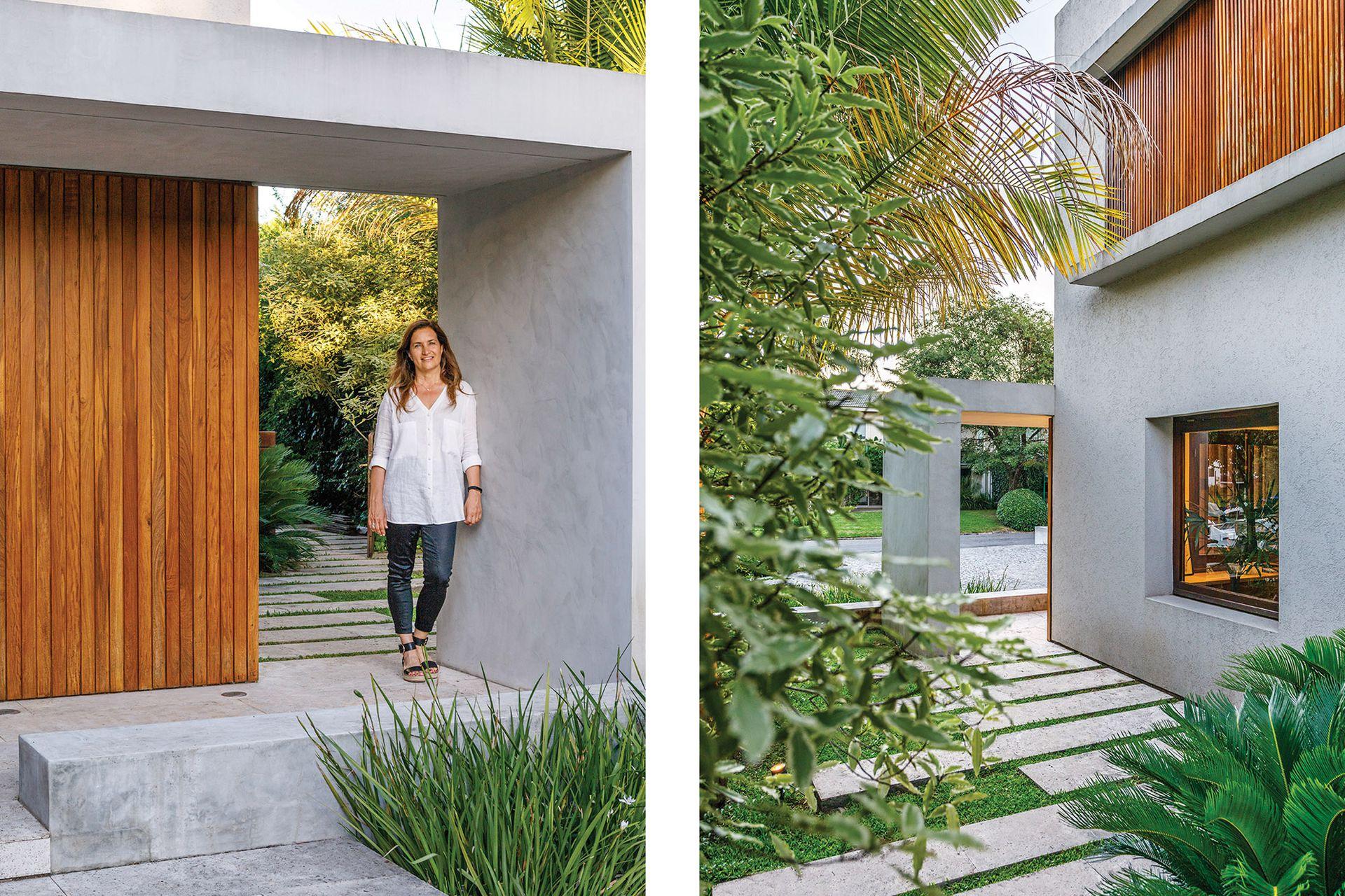 Carla Bechelli, retratada en el acceso a su casa, ese punto de contacto entre arquitectura y naturaleza. Postigos de varillas generan matices intermedios que tamizan la luz y hacen de segunda piel de la casa. La ventana corresponde al escritorio que se ve a continuación.