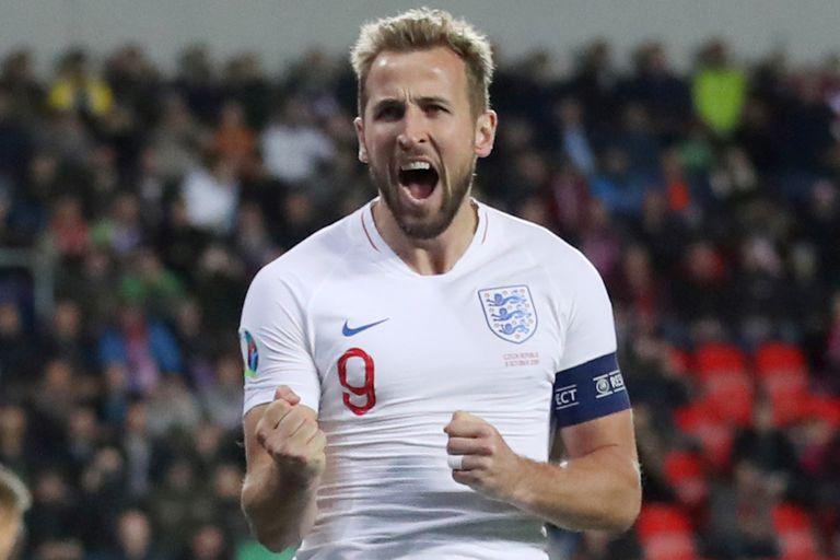 Harry Kane festeja su gol contra República Checa en el partido válido por las eliminatorias rumbo a la Eurocopa.