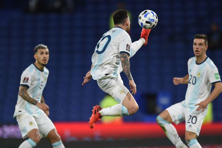Argentina-Paraguay: Lionel Messi realiza un gran control de pelota, pero el 10 se superpuso con el resto de los mediocampistas argentinos; en este caso, con Paredes y Lo Celso, que ingresó por Palacios