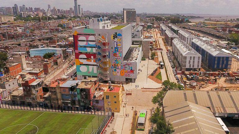 Imagen aérea actual del Barrio Mugica; Desde 2015, el GCBA puso en marcha un proyecto que implicó construcción de infraestructura y viviendas, entre otras mejoras