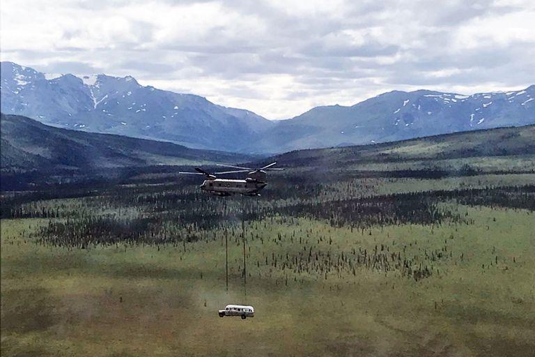 """ARCHIVO - En esta foto del 18 de junio de 2020 publicada por la Guardia Nacional de Alaska, soldados de la Guardia Nacional del Ejército de Alaska utilizan un helicóptero Chinook CH-47 para sacar un autobús abandonado, popularizado por el libro y la película """"Into the Wild"""", de su ubicación en el campo de Alaska como parte de una misión de entrenamiento. El autobús, que una vez atrajo gente en peregrinaciones a veces mortales a las zonas rurales de Alaska, ahora puede verse de manera segura en la Universidad de Alaska Fairbanks, donde atraviesa un trabajo de preservación. (Sargento Seth LaCount/Guardia Nacional de Alaska vía AP, Archivo)"""