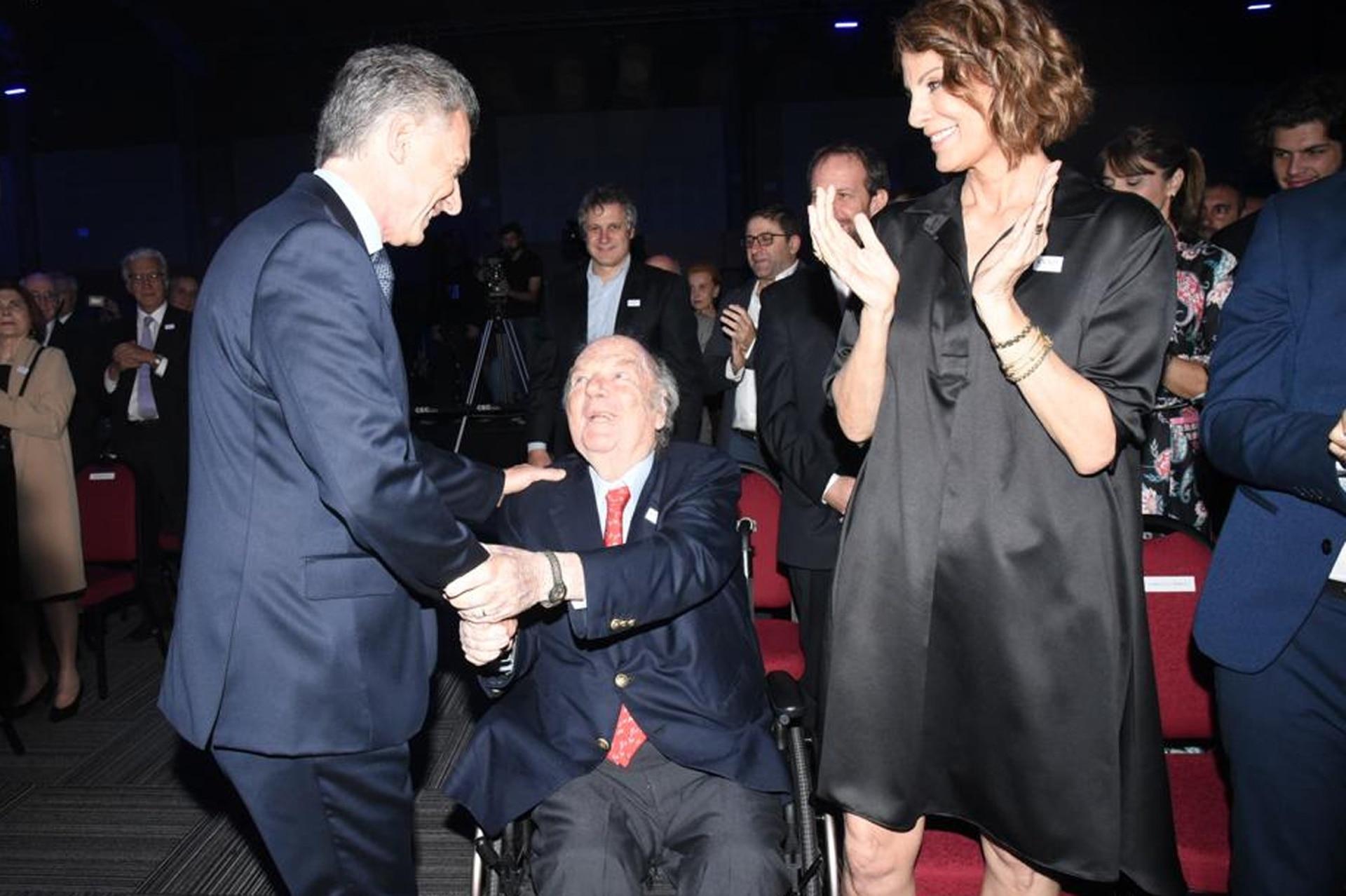 Mauricio Macri saluda a Bartolomé Mitre y Nequi Galotti