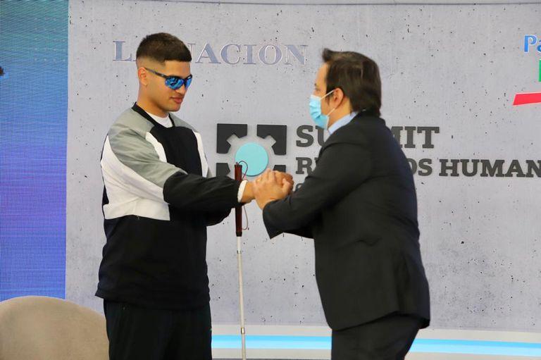 Alexis Salinas saluda a José del Río, secretario general de LA NACION,