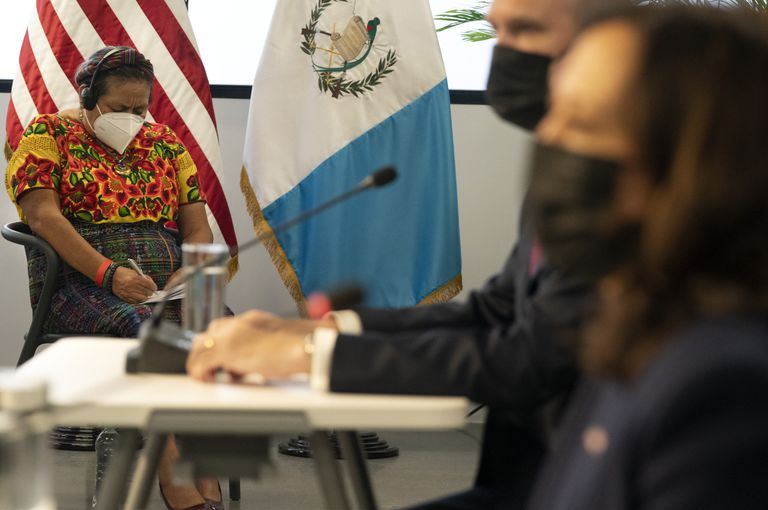 La ganadora del Premio Nobel de la Paz Rigoberta Menchú, a la izquierda, con la Plataforma de Mujeres Indígenas, toma nota durante una reunión con la vicepresidenta Kamala Harris, derecha, el embajador de Estados Unidos en Guatemala, William Popp, segundo a la derecha, y líderes comunitarios en la Universidad del Valle de Guatemala, el lunes 7 de junio de 2021 en la Ciudad de Guatemala. (AP Foto/Jacquelyn Martin)