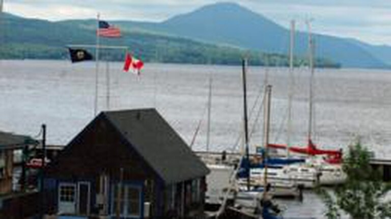A un lado de la biblioteca se extiende la frontera canadiense y, al otro, la estadounidense.