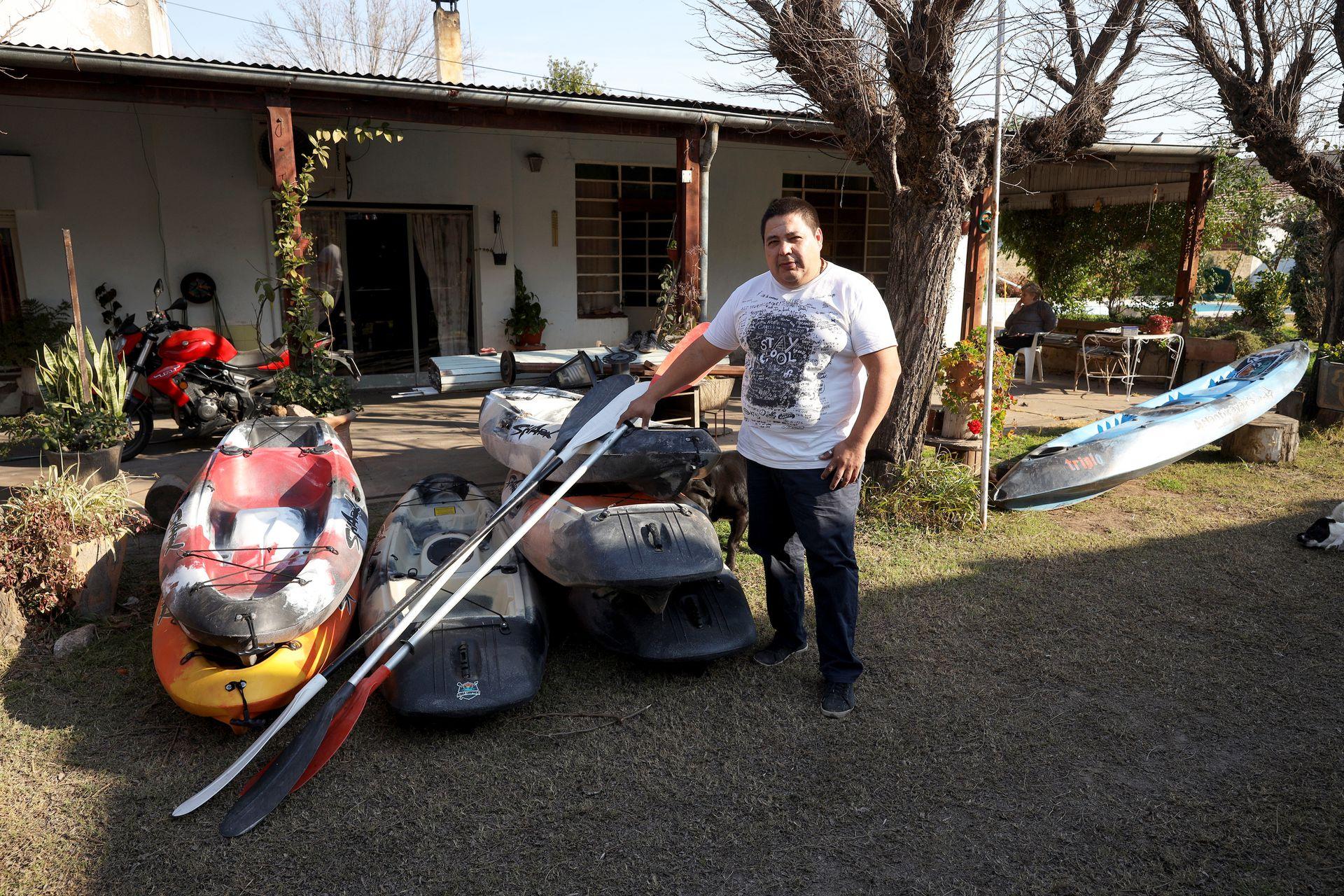 Raúl Sosa se vio favorecido por un préstamo municipal para comprar kayaks que usa en primavera y verano para hacer recorridos turísticos con acampe en el curso de agua más cercano