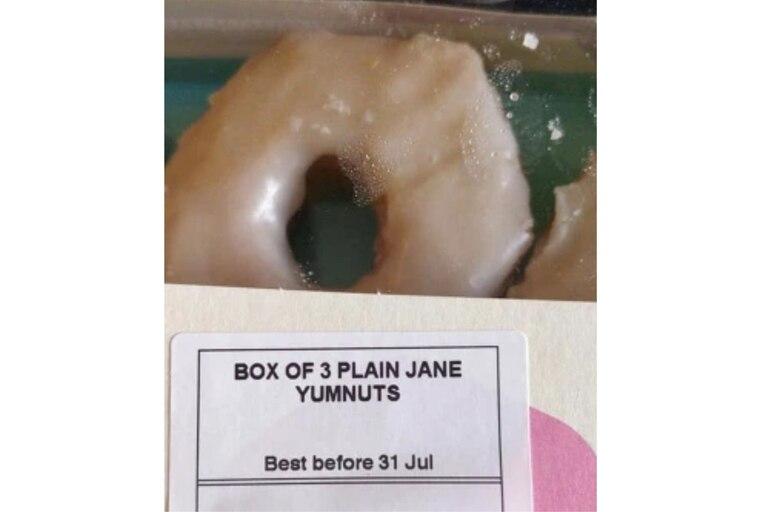 """El supermercado llamó """"plain jane"""" a una promo de una caja de 3 donas por 1 libra"""