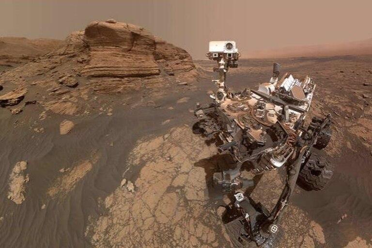 El rover Curiosity aparece delante de la roca de seis metros denominada Mont Mercou