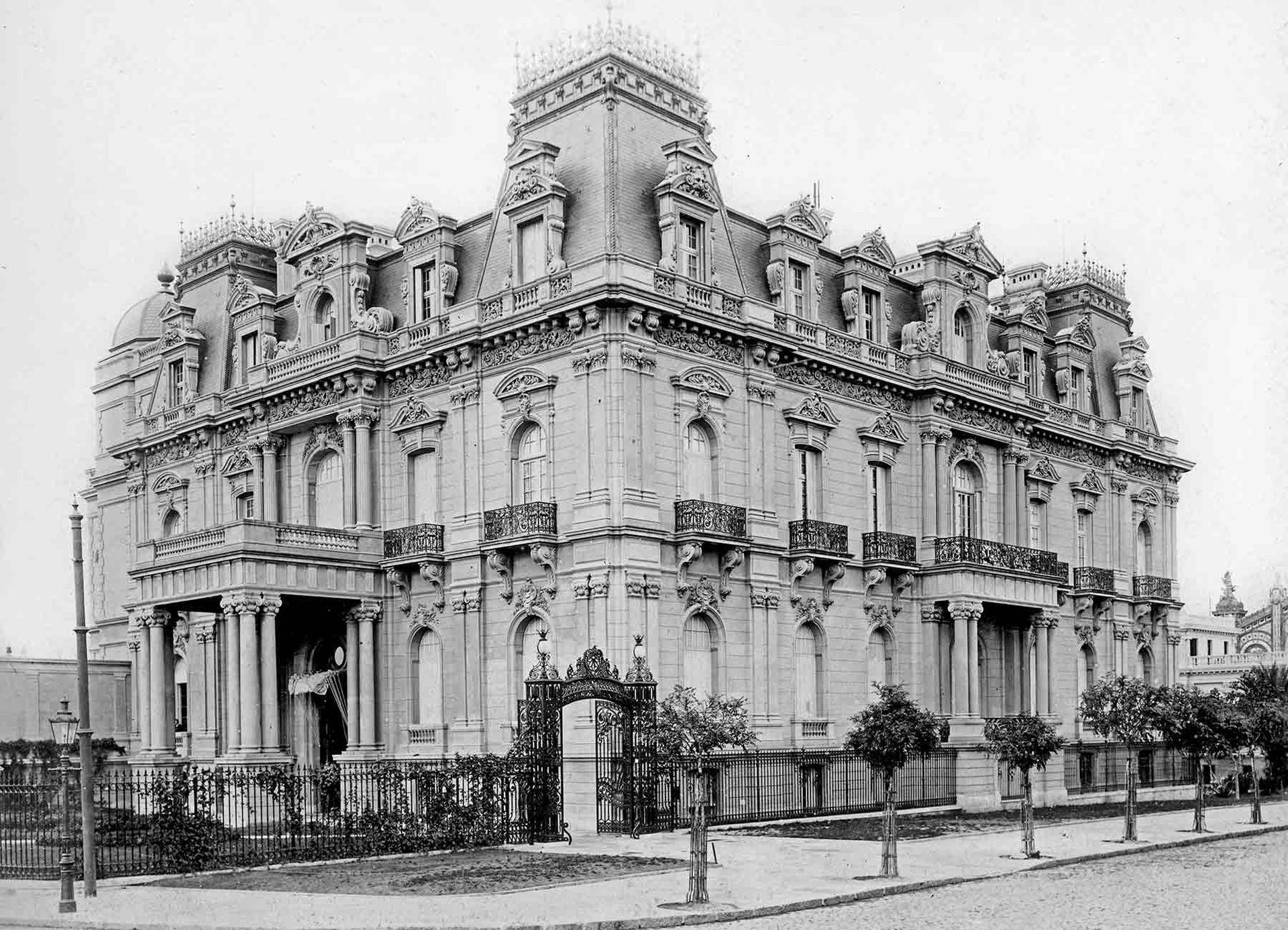 Residencia Ortíz Basualdo, frente a la Plaza San Martín.
