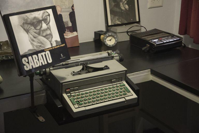 Entre miles de libros con anotaciones, la máquina de escribir con la que Sabato cimentó su obra