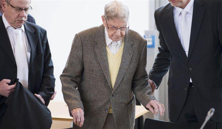 El ex guardia de Auschwitz Reinhold Hanning, en el tribunal de la localidad alemana de Detmold