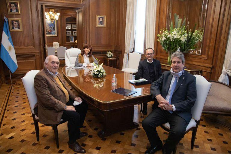 La foto. Roberto Domenech (CEPA), Cristina Kirchner, Gustavo Idígoras (Ciara Cec) y José Martins (Bolsa de Cereales)
