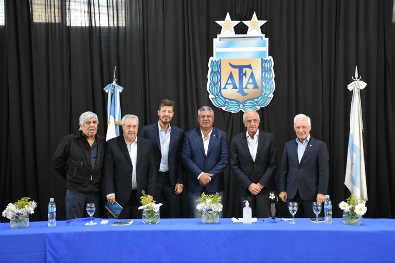 Otros tiempos: el presidente de la AFA, Claudio Tapia, con los máximos dirigentes de los cinco grandes, todos encolumnados tras un objetivo común; el contrato de TV los dividió.