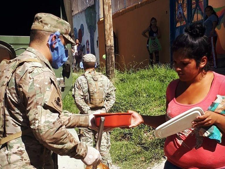 El ministro informó que el Ejército brinda apoyo humanitario en Quilmes y ahora por requerimiento del Ministerio de Desarrollo Social comenzará este lunes con la entrega de alimentos en La Matanza