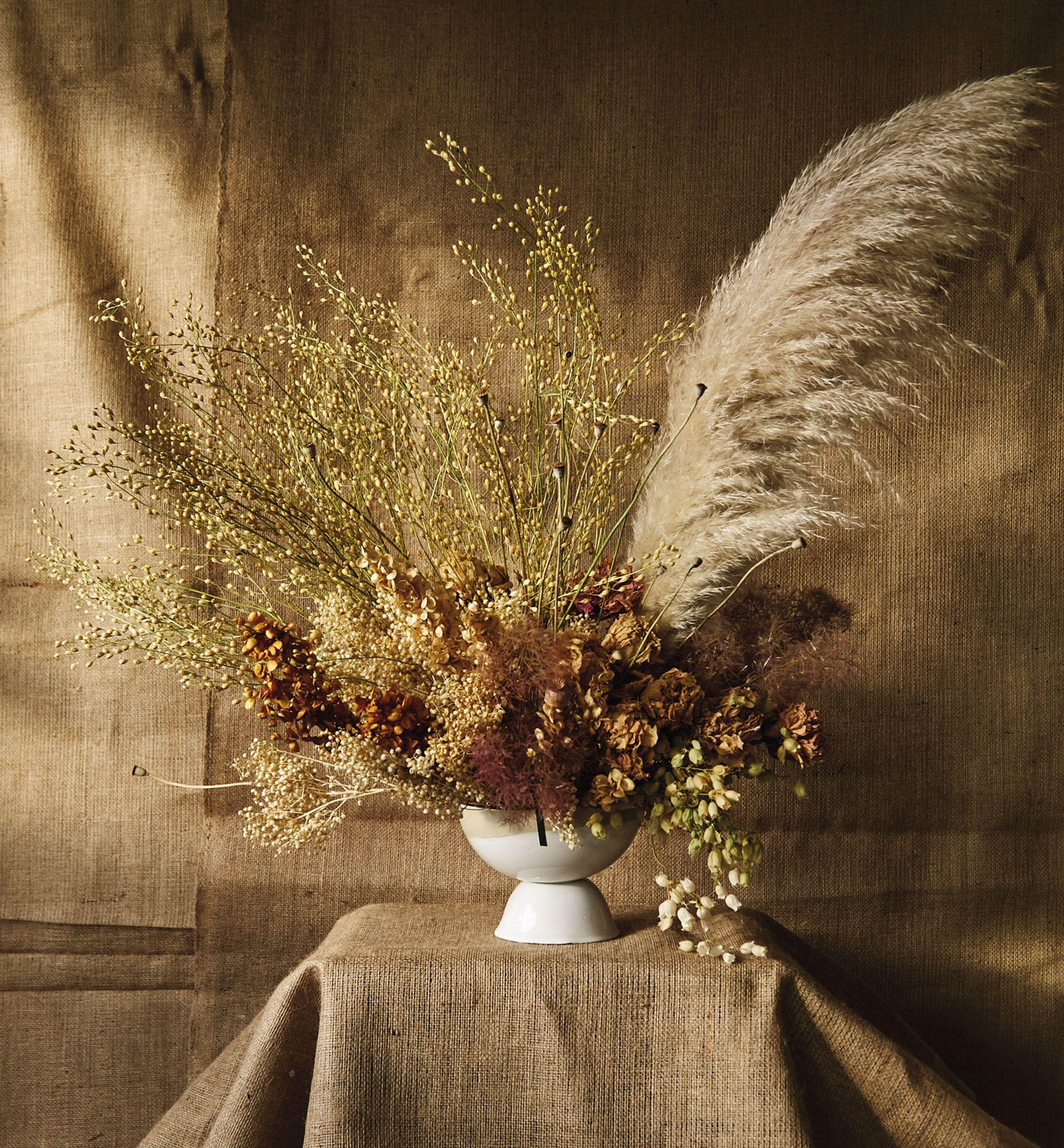 Inspirado en los poemas de Emily Dickinson, este arreglo refleja el alma romántica y apasionada de la autora. El garden style inglés tiene su toque de refinamiento en este diseño frontal con forma de mariposa.