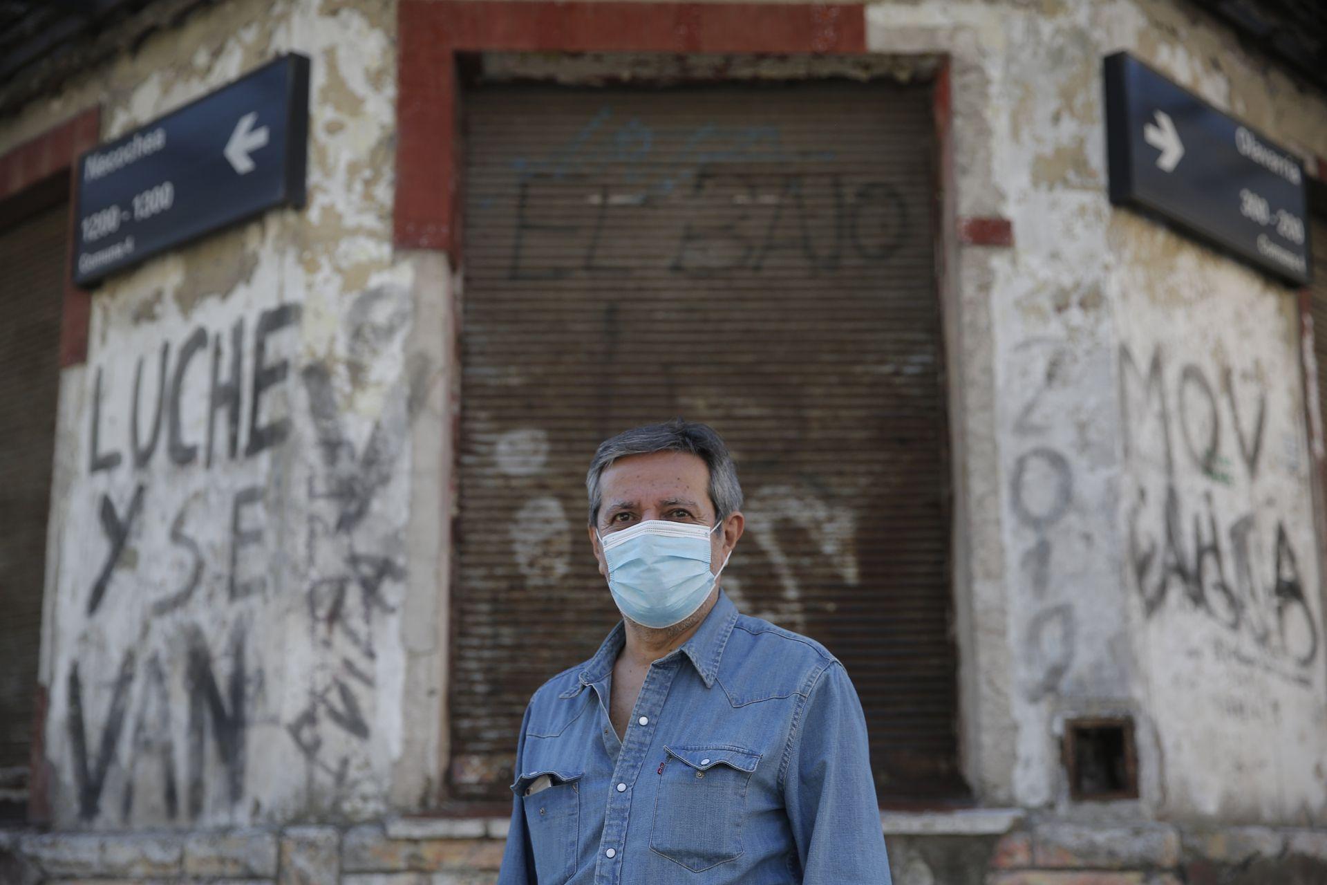 José Pedernera en el frente del edificio en ruinas de la cantina La Cueva de Zingarella, donde trabajó como mozo entre 1970 y 1979
