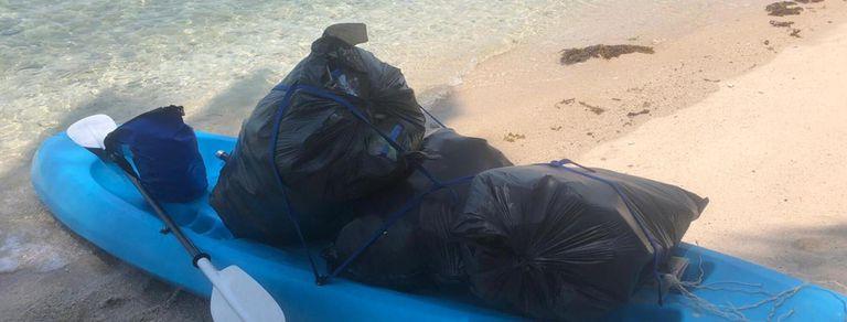 Quedó varada en Tailandia y convirtió la limpieza de playas en su rutina