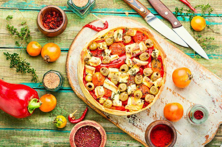 Tarta con morrones, huevo y aceitunas, a la portuguesa