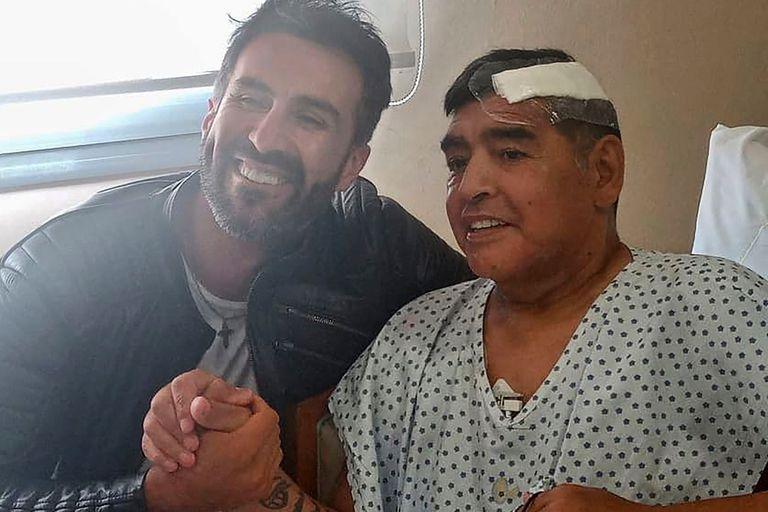 Leopoldo Luque, junto a Diego Maradona, tras la operación por el edema subdural en la Clínica Olivos, en noviembre de 2020