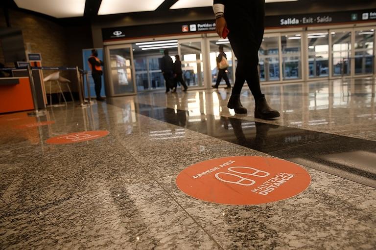 En Ezeiza se instalaron señales en el piso para mantener la distancia en las filas