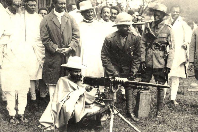 Para la foto. Haile Selassie al frente de la resistencia etíope. Luego debió exiliarse en Londres