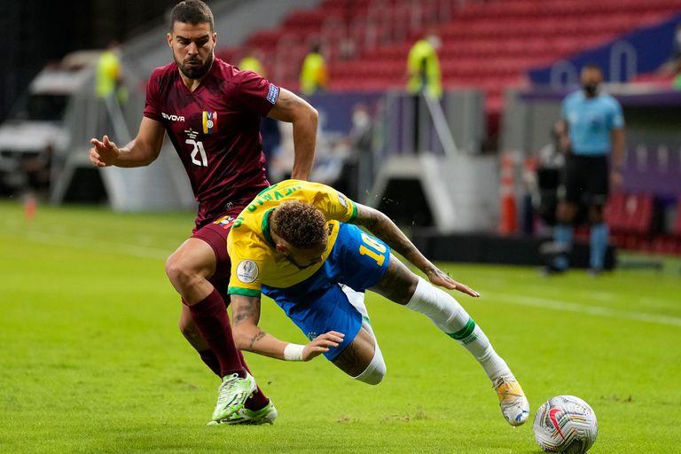 Neymar es derribado por  Alexander González en el partido inaugural de la Copa América 2021 entre Brasil y Venezuela.
