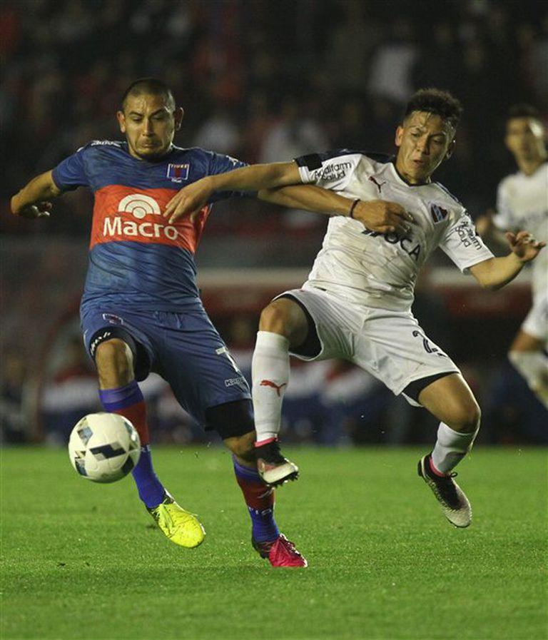 Luna, autor del gol de Tigre, lucha por la pelota con Barco