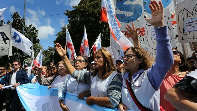 Los maestros bonaerenses revisan sus pedidos salariales por el dólar