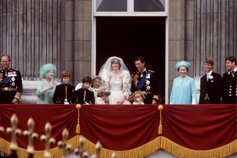La pareja saludó desde el balcón de Buckingham