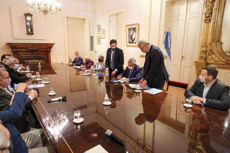 El momento de la firma del acuerdo paritario ayer en Casa Rosada.