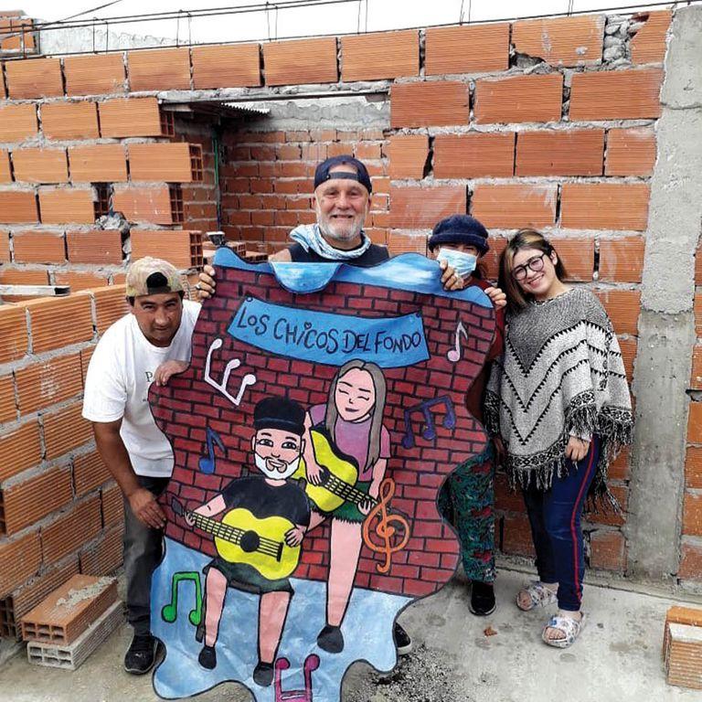 Muchos más ladrillos en la pared: Flavio, en campaña, después de tocar un acústico con su hija Cocó para juntar materiales para el comedor popular Los Chicos del Fondo, en el marplatense Barrio Autódromo.