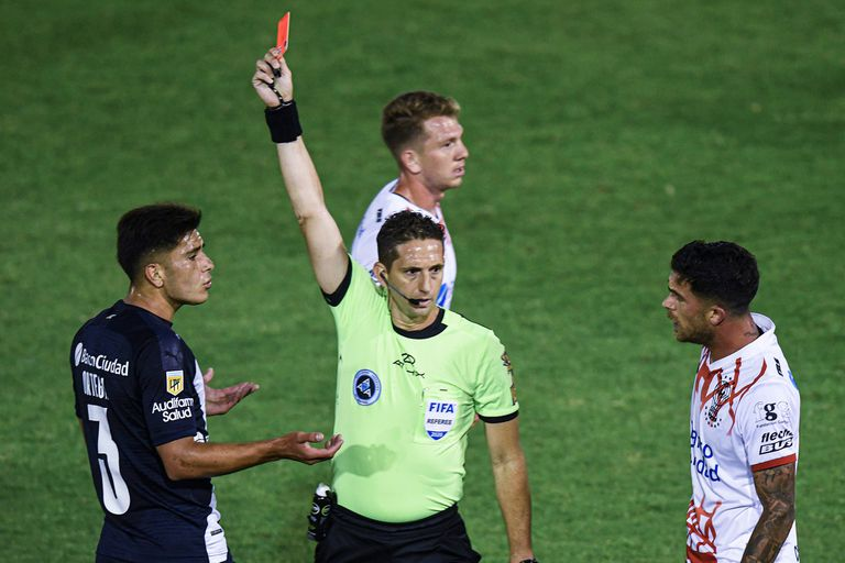 El árbitro Nicolás Lamolina le muestra la roja a Thomas Ortega, de Independiente. Apenas iban 16 minutos