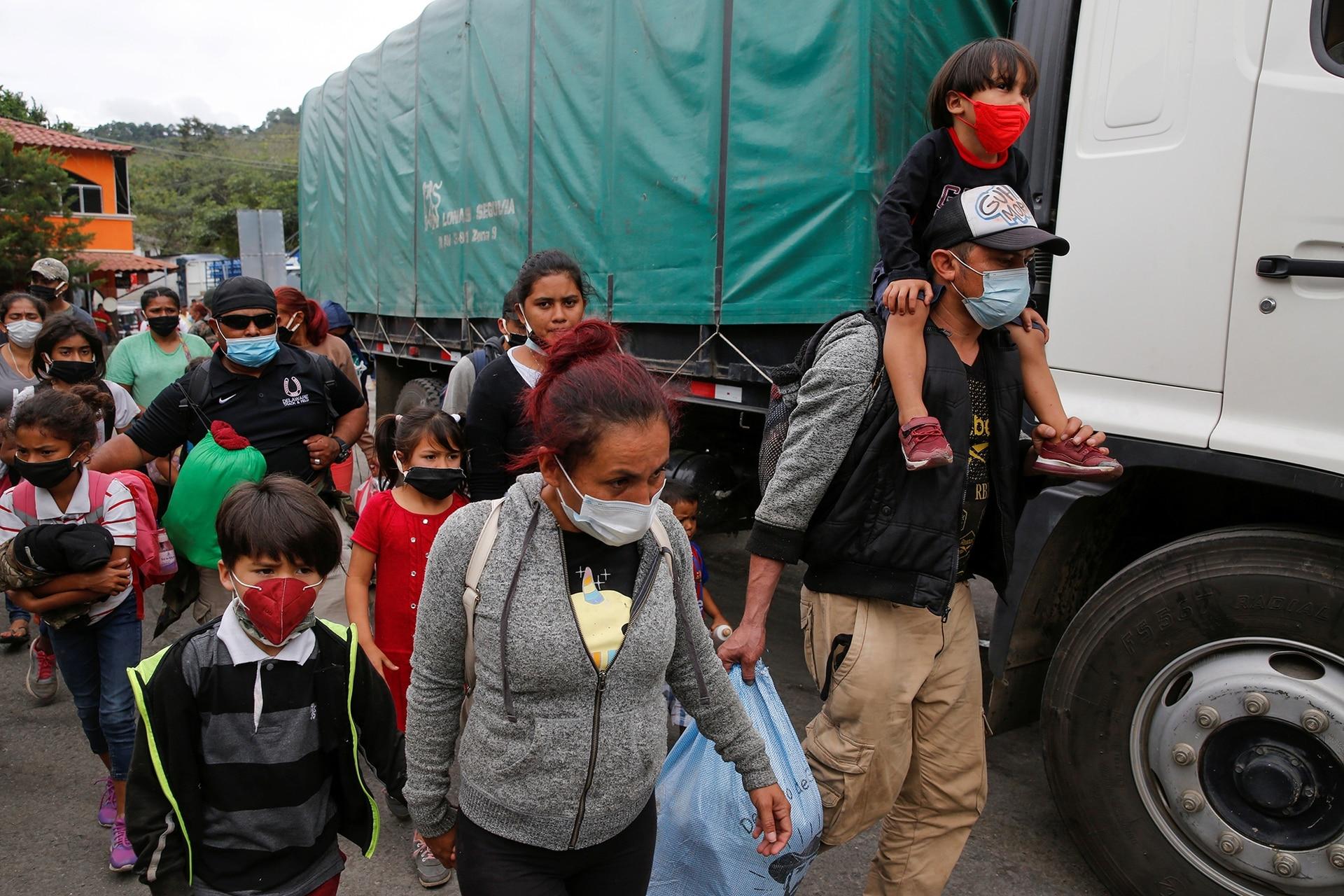 Los migrantes hondureños que intentaban llegar a Estados Unidos son enviados de regreso por las autoridades guatemaltecas en la frontera de El Florido entre Guatemala y Honduras