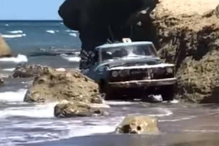Las Grutas: una vieja camioneta F-100 sorprendió con una proeza en la playa