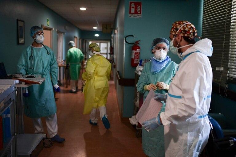 Personal médico debate en la sala de cuidados intensivos del hospital de Cremona, Italia, en abril pasado