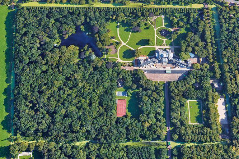 Desde arriba, se puede ver el frondoso bosque que protege a Huis ten Bosch. Además de contar con cancha de tenis, pileta y acceso a un lago privado, en su interior tiene ciento cincuenta ambientes, entre los que hay spa y peluquería.