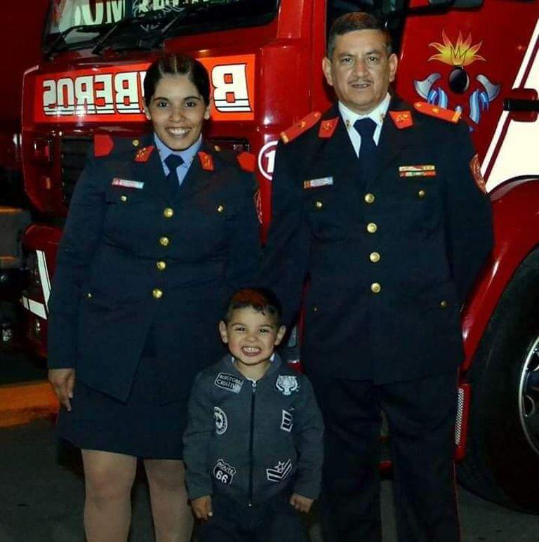 Sabrina Silva junto a su familia, el comandante Carlos Agulla y su hijo Mateo