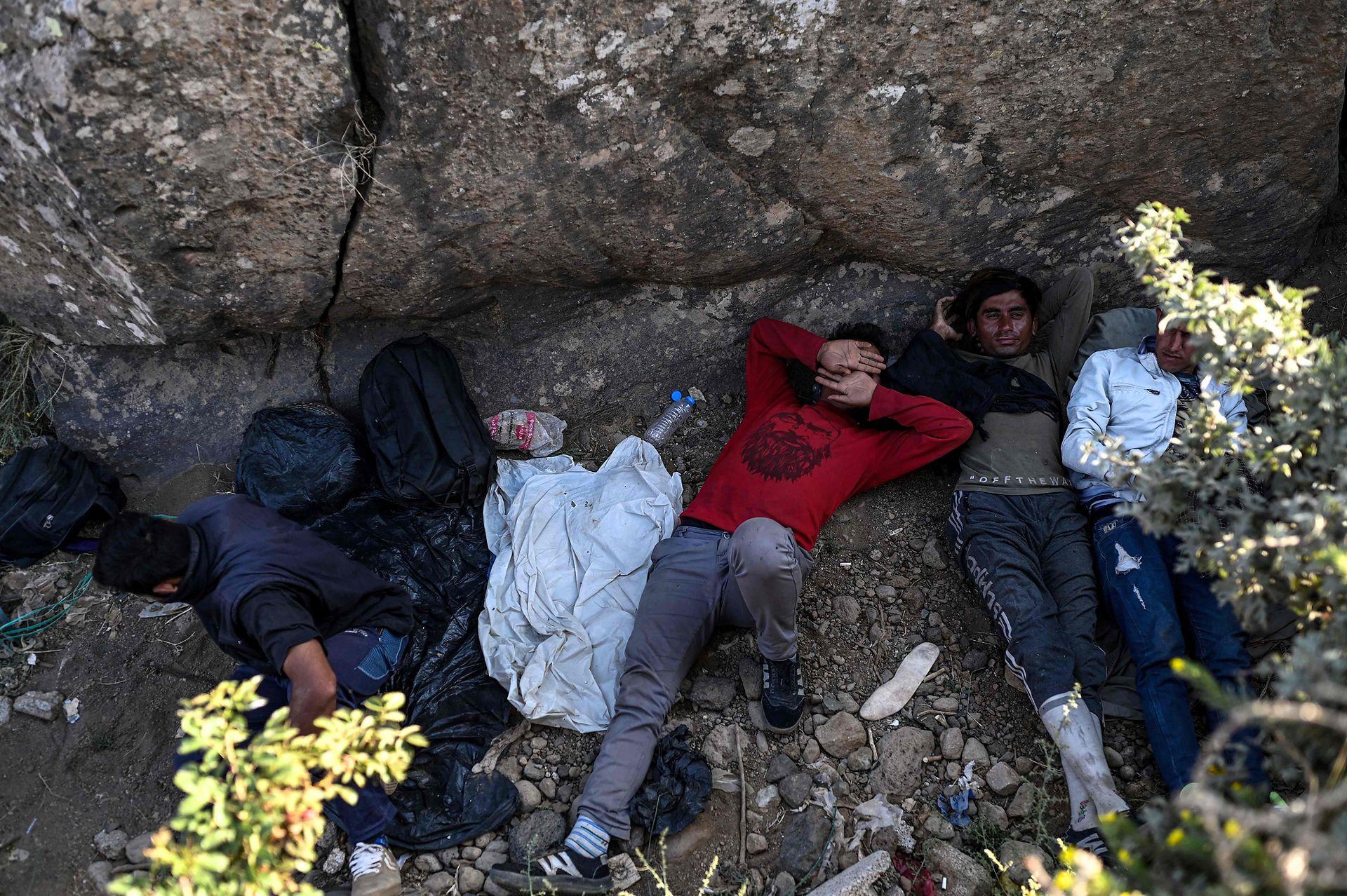 Durante el día los migrantes se esconden y descansan y por la noche se camina hacia la frontera huyendo de los talibanes