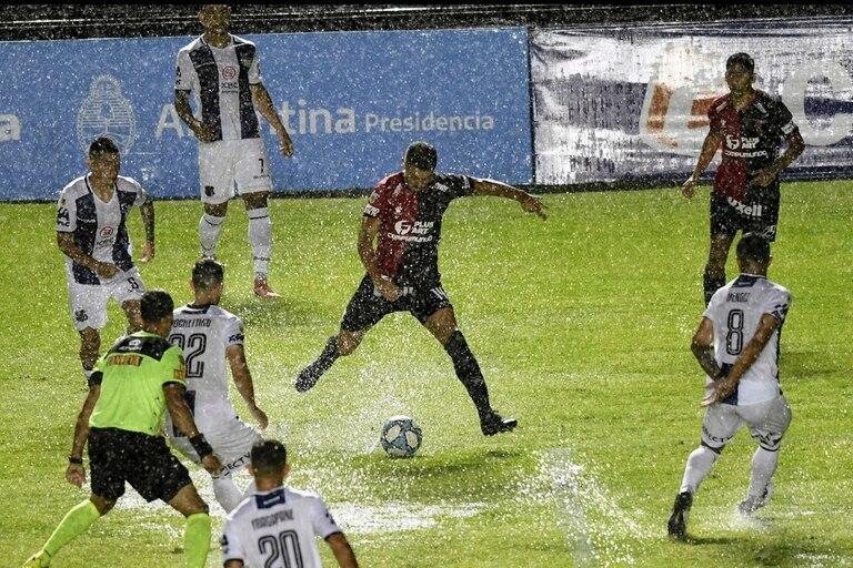 Bajo el agua: así fue el comienzo del partido entre Colón y Talleres en Santa Fe