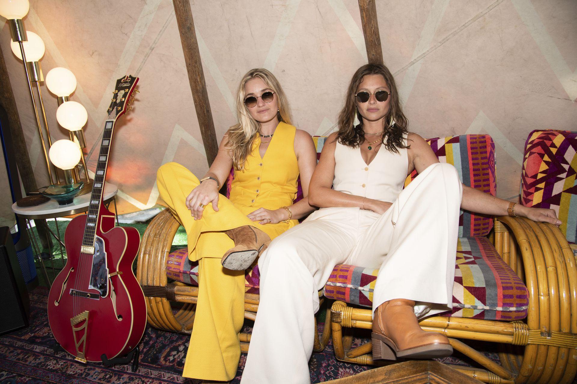 AJ Michalka, izquierda, y Aly Michalka de Aly y AJ posan en el primer día del Festival de Música de Lollapalooza
