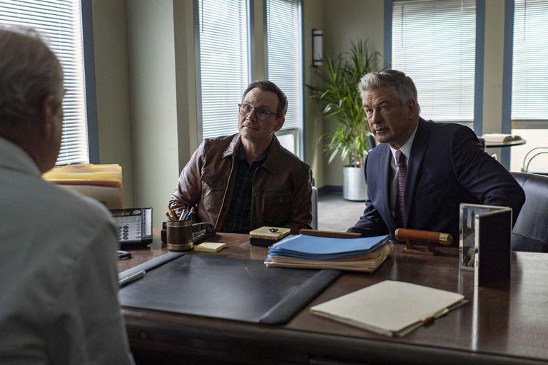 """Christian Slater y Alec Baldwin componen a dos médicos que investigan las acusaciones de mala praxis contra el llamado """"doctor Muerte"""", en la serie de Starz Play"""