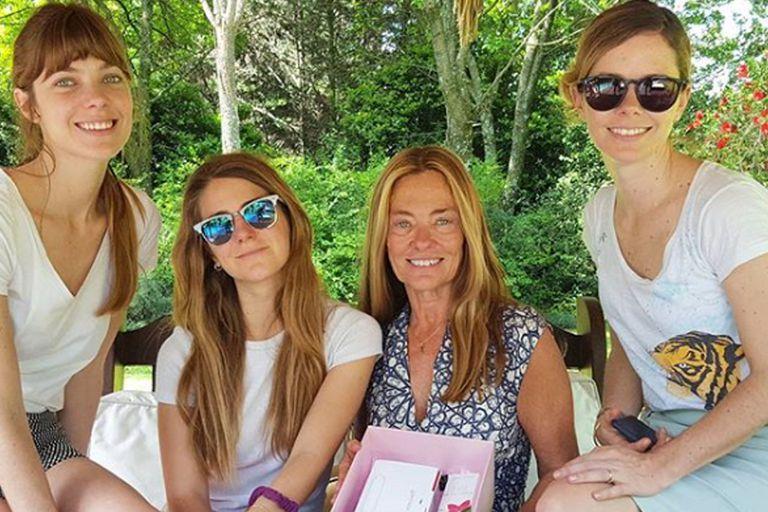 María Eugenia junto a sus tres hijas mujeres: Laura, Pilar y Geñi