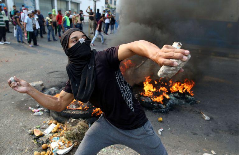 Manifestantes se enfrentan a las fuerzas de seguridad de Venezuela en Ureña, Venezuela