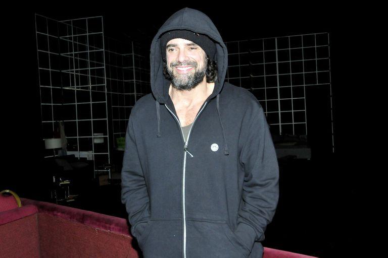 Castro, a pura sonrisa y capucha, saliendo del teatro