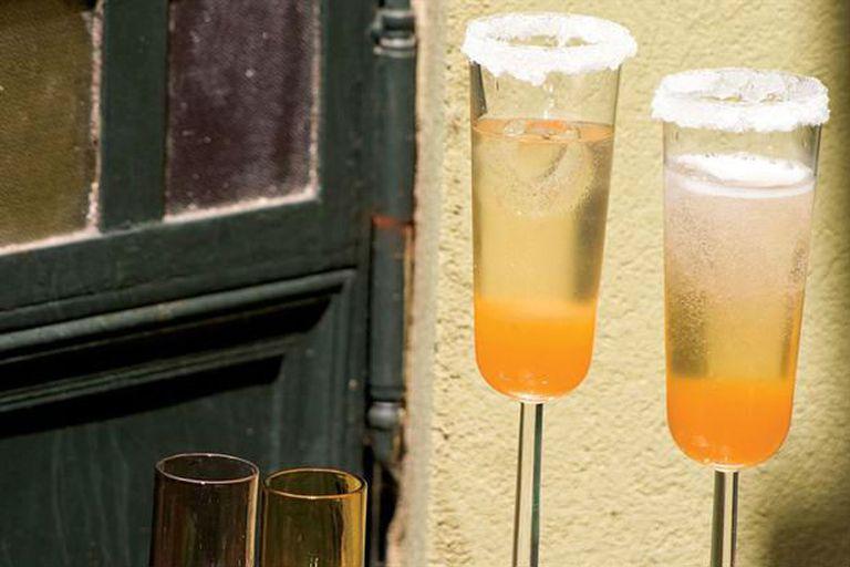 Un cóctel con champagne, parte de una insospechada controversia