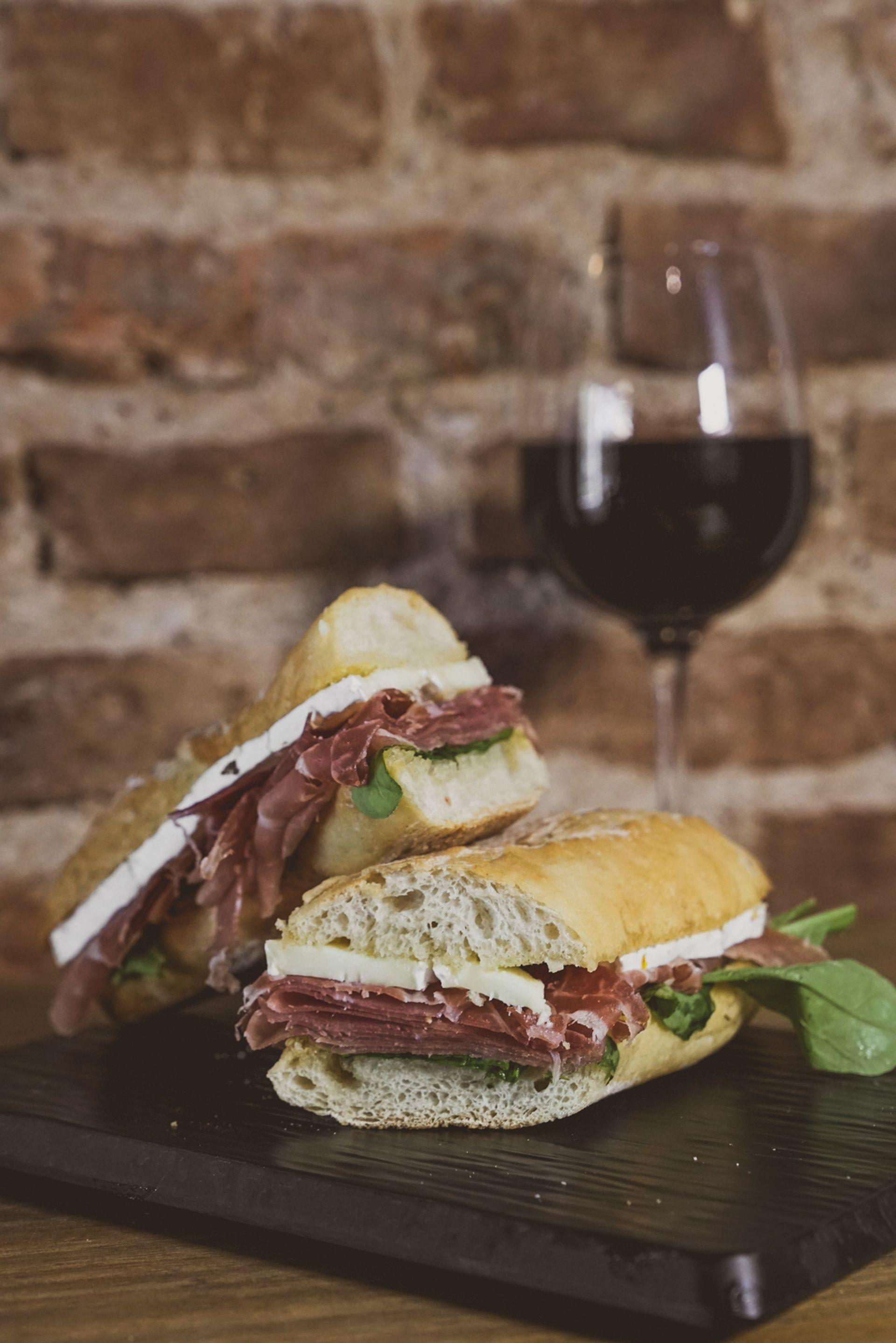 Picadas, empanadas y sándwiches son algunas de las propuestas para maridar el buen vino