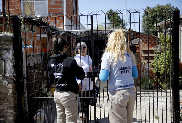 Militantes de Somos Barrios de Pie realizan encuestas a los vecinos de Rafael Castillo para conocer las necesidades del barrio.