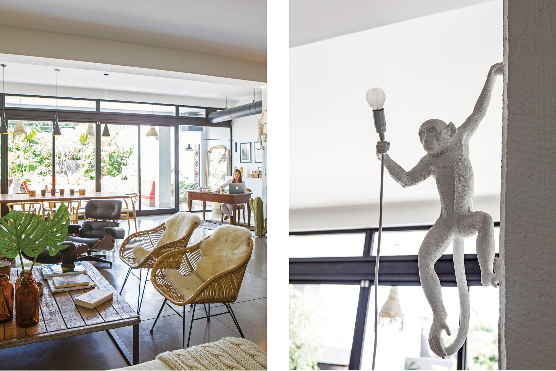 La vista desde el living con dos banquetas de mimbre y hierro y poltrona 'Eames' (Eames Office). A la derecha, lámpara led 'Monkey' en resina (Seletti, Italia).